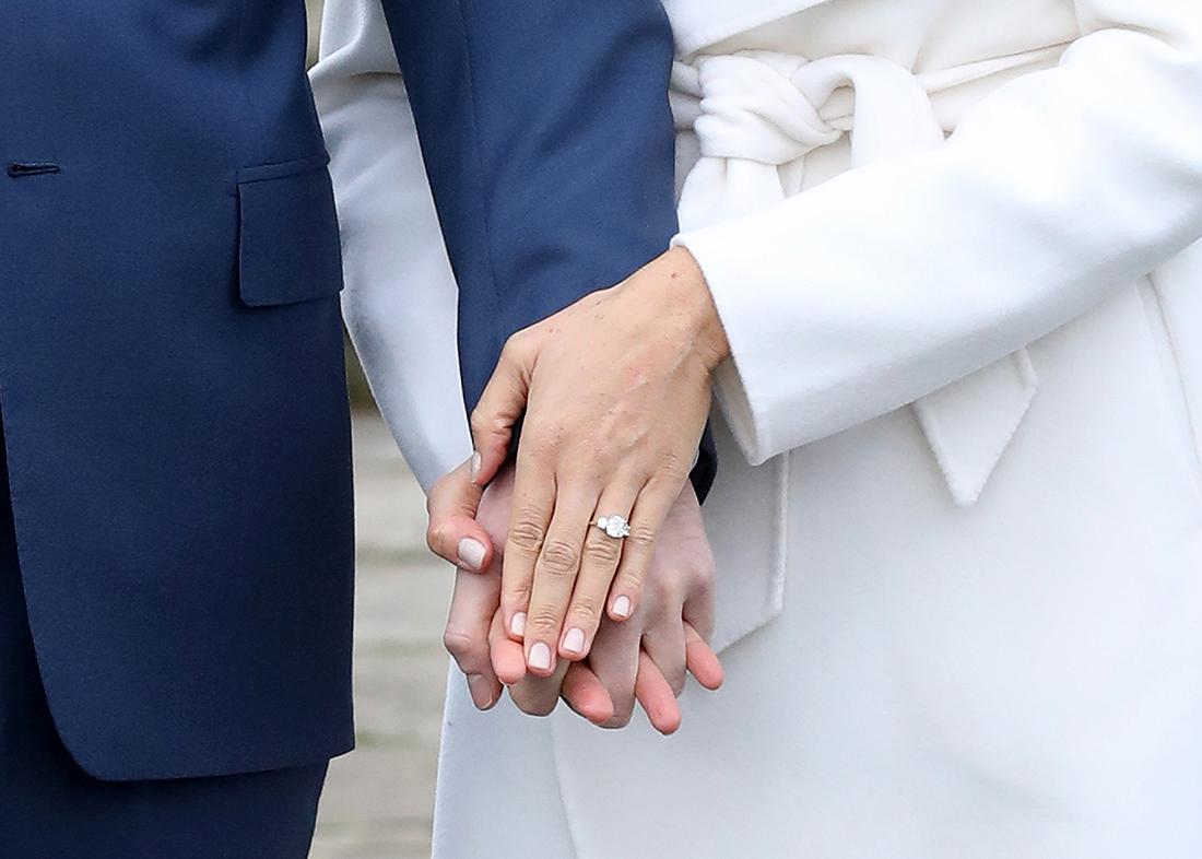 Своих любимых питомцев - двух собак - она так же взяла из приюта. Статус жены принцы возложит на Меган Маркл много обязательств. В основном, они будут связаны с благотворительной деятельностью и, подозреваем, она будет уделять этому должное внимание. К слову, свадьба Меган Маркл и принца Гарри состоится весной 2018 года.