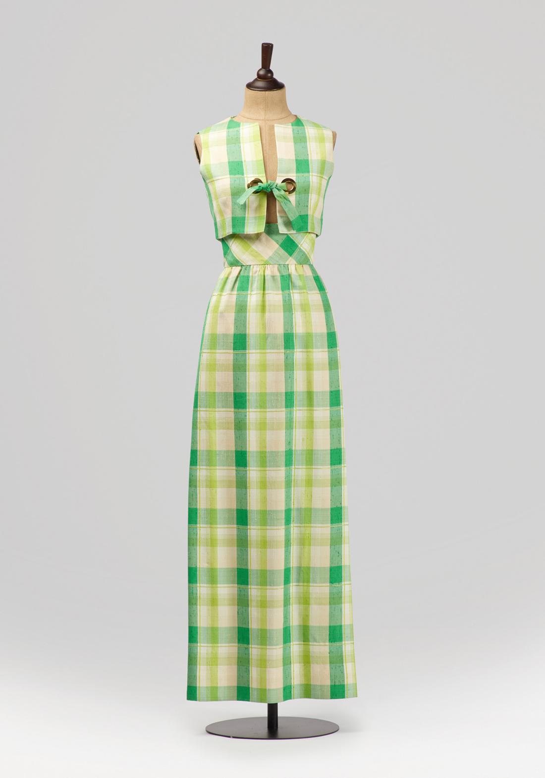 Откроет экспозиционный цикл выставка под названием«Весна и мода. Коллекция из Фонда Александра Васильева».Нежные расцветки, изящные трафаретные рисунки, растительные и цветочные мотивы, газовые косынки, пышные юбки в стиле new-look, введенные в моду Кристианом Диором в 1947 году, набивной ситец и шифон, крепдешин и креп-жоржет — под аккомпанемент советских песен, посвященных весне, посетители выставки окунутся в ностальгическую атмосферу годов ХХ века. Экспозицию составят около 200 предметов: платья, аксессуары, фотографии, открытки и другие артефакты из Фонда Александра Васильева. Гостей также ждет необычное цветочное оформление самого павильона.