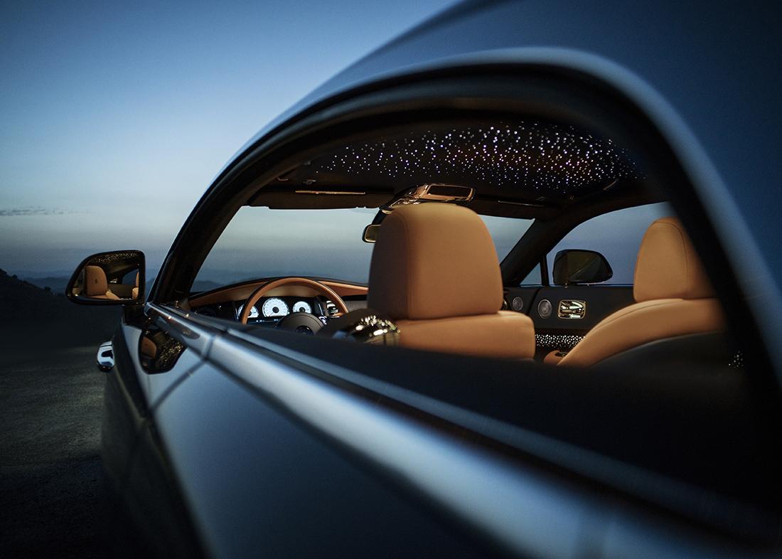 Rolls-Royce представляет эксклюзивную серию «Wraith Luminary Collection». В свете растущего спроса на коллекционные серии от Rolls-Royce марка выпустит 55 уникальных Wraith в персонализированном дизайне, которые займут важное место в частных коллекциях ценителей роскоши со всего мира. «Wraith Luminary – это потрясающий коллекционный автомобиль. Он отражает современный дух бренда Rolls-Roycе, прогрессивный и новаторский, и демонстрирует виртуозное искусство ручной работы и подлинной роскоши. Этот автомобиль адресован визионерам, которые открывают новые высоты в своих областях. В самом деле, эта серия создана для настоящих «светил» этого мира», – комментирует Торстен Мюллер-Отвос, Генеральный директор Rolls-Royce Motor Cars.