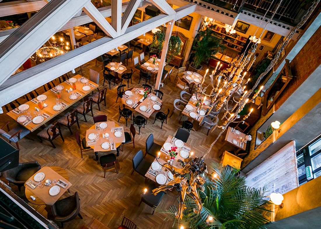 Интерьер ресторана был реализован архитектурным бюро Кривцова & Редина – в нем гармонично сочетаются несочетаемые на первый взгляд вещи: парижский шик со старинными канделябрами и огромными витражными окнами и атмосфера гостиной советских времен. В дневное время пространство залито солнечными лучами благодаря панорамным окнам, а вечером приглушенный свет создает атмосферу домашнего тепла.  На стойке открытой кухни ресторана всегда лежит любимая книга рецептов Давида, из которой гости могут выбрать и заказать любое блюдо. В дальнейшем в Salon будут проводиться различные мастер-классы и винные вечера.