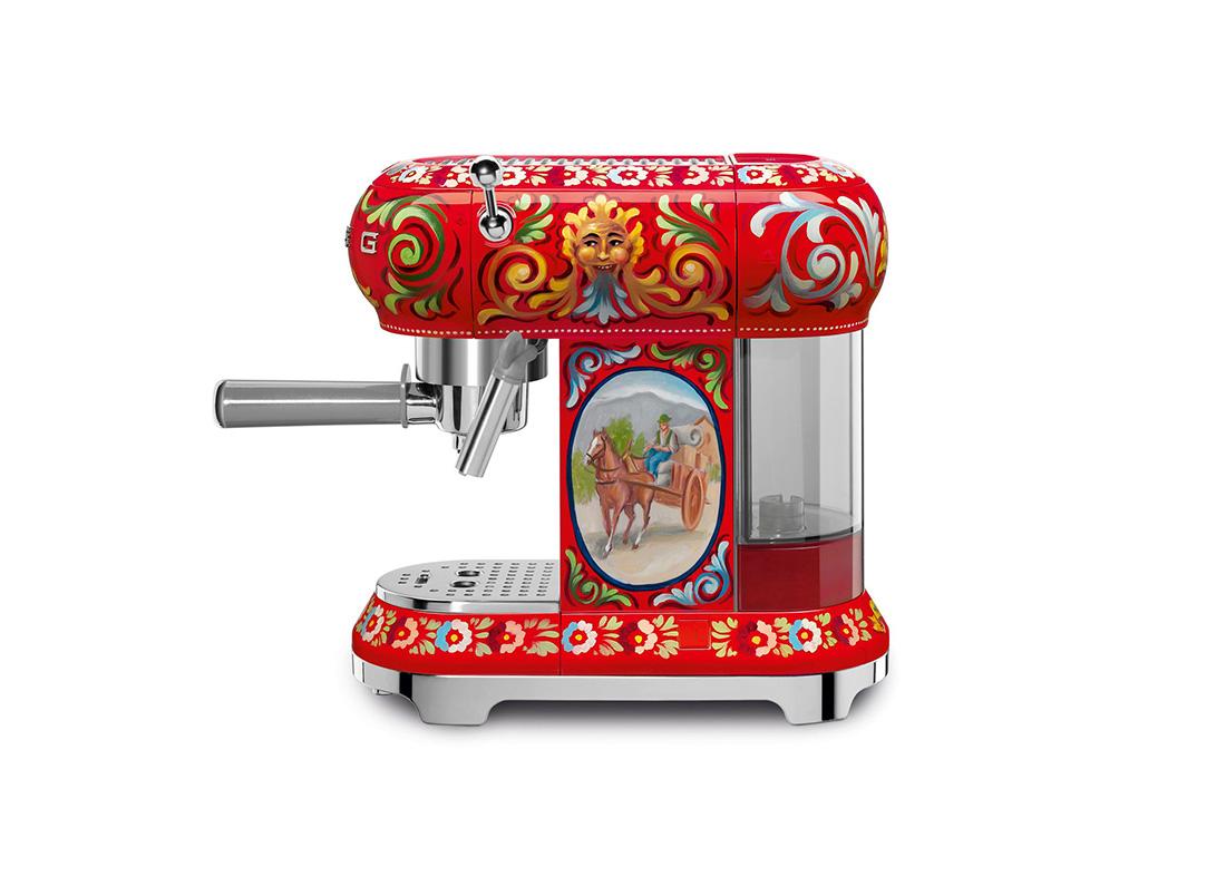 Знаменитый стиль Dolce & Gabbana присутствует на всех моделях совместной коллекции: на корпусах тостеров, соковыжималок, кофеварок, чайников, блендеров, миксеров и холодильников. Техника расписана элементами сицилийского изобразительного искусства, обрамленного треугольными узорами под названием crocchi. Вдохновением для двух итальянских компаний послужило, конечно же, побережья Южной Италии и фантастические пейзажи Этны. На фасадах холодильников появились лимоны, символ Тринакрии, изображения колёс, средневековые рыцари и батальные сцены. Каждая модель эксклюзивной коллекции расписана вручную итальянскими художниками. Итог - уникальные предметы, которые объединяют в себе технологии итальянского производителя SMEG и креативность модного дома Dolce & Gabbana.